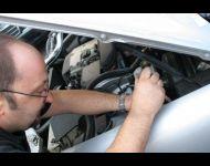 Walter ripara un motore